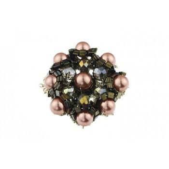 Brosa brodata din perle de Mallorca roz prafuit si cristale
