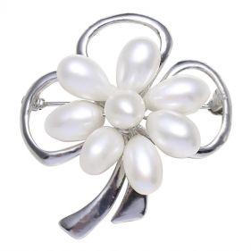 Brosa floare din perle naturale albe