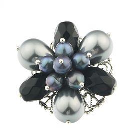 Brosa floare din perle gri si onix