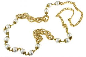 Colier lung din perle Mallorca albe si lant auriu